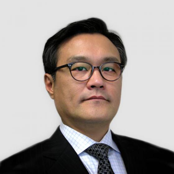 Brian Kim ialah Ketua Pegawai Eksekutif (CEO) Superior Essex, peranan yang beliau sandang sejak Mei 2015. Sepanjang tempohnya, Kim telah mengawasi penubuhan Unit Perniagaan Strategik Automotif, penubuhan Essex Malaysia, pembentukan usaha sama Dawai Belitan Voltan Tinggi, pelancaran MagForceX Innovation Center dan pembinaan kemudahan wayar magnet di Serbia. Sebelum menyandang jawatannya dalam syarikat, Kim berkhidmat sebagai Presiden LG Hausys America dan Prinsipal AT Kearny di Seoul, Korea Selatan. Kim menerima Ijazah Sarjana Muda Statistik Gunaan daripada Universiti Yonsei dan kemudian memperoleh MBA Eksekutif daripada Universiti Michigan.